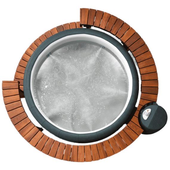 Softub Whirlpool mit Holzzumrandung.